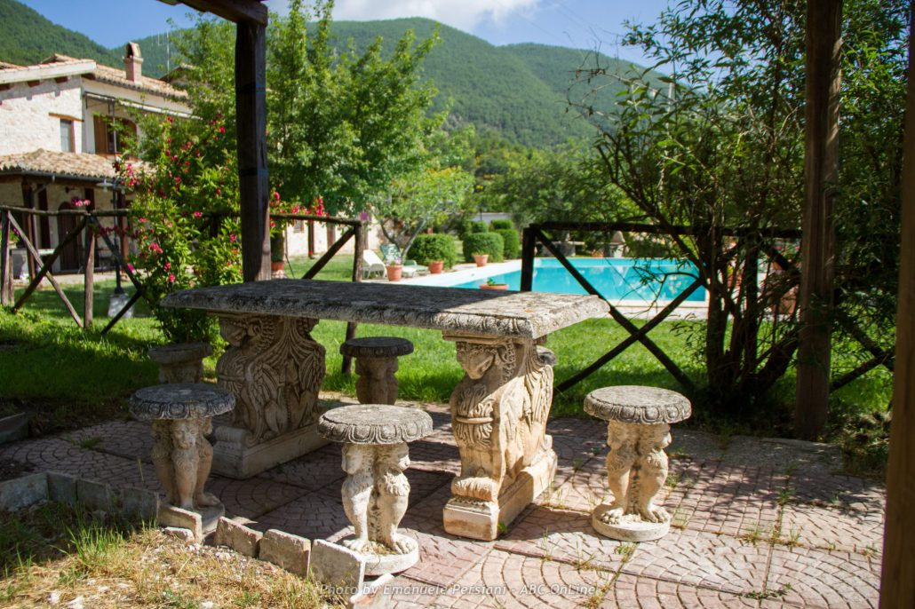 Tavolo esterno con sfondo piscina