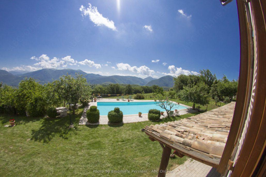 Vista da camera con piscina